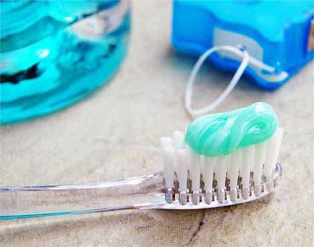 Hãy chải răng nhẹ nhàng: răng cần phải được chải nhẹ nhàng vì đánh răng mạnh có thể làm hỏng răng và làm xói mòn nướu răng. Điều này làm cho nướu răng bị tổn thương.