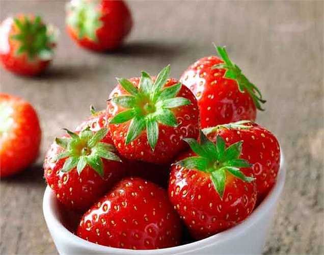 Ăn trái cây và rau xanh: Ăn trái cây tươi và rau là lựa chọn tốt nhất để tránh mảng bám hình thành trên răng. Trái cây và rau chứa nhiều chất xơ, là chất tự nhiên nhẹ nhàng loại bỏ mảng bám. Sau khi ăn uống hãy súc miệng bằng nước để loại bỏ vi khuẩn.