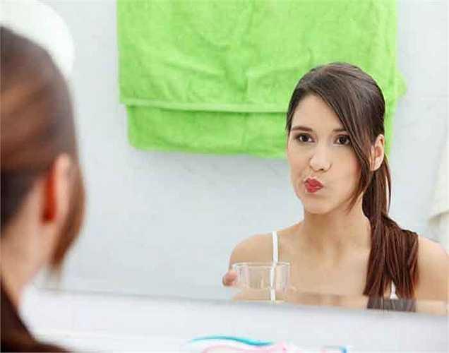 Chú ý đánh răng hàm: Hầu hết mọi người thường chú ý đánh răng cửa hơn so với răng hàm. Hãy chú ý đến răng hàm và phía trong của răng.