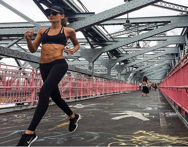Chạy bộ. Các nghiên cứu khoa học cho thấy chạy bộ rất tốt cho sức khỏe của chúng ta, và đó cũng là một trong những hoạt động mà Izabel đang áp dụng để tăng cường sức khỏe và sức bền của cơ thể.