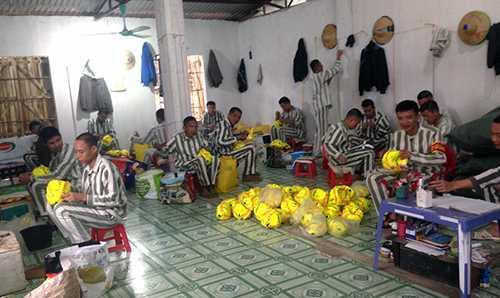 Các phạm nhân có án dài và nhiều tiền án thường phải lao động trong nhà xưởng, có rào vây xung quanh