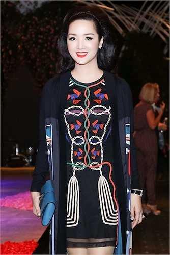 Cô diện chiếc đầm của thương hiệu Hermes, áo khoác Fendi, giầy Versace.