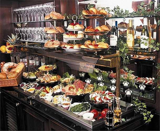 Đồ ăn tự chọn luôn có sẵn 24/24 giờ và bàn rượu sâm-panh cho hành khách khi vừa đến: điều đặc biệt ở khách sạn 41