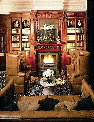 Nội thất bằng gỗ và trang trí màu đen, trắng sang trọng là phong cách chủ đạo. Phục vụ phòng luôn sẵn sàng bất kể thời gian nào trong ngày.