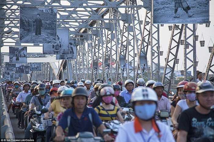 Hàng dài xe máy trên cầu Tràng Tiền, thành phố Huế, Việt Nam