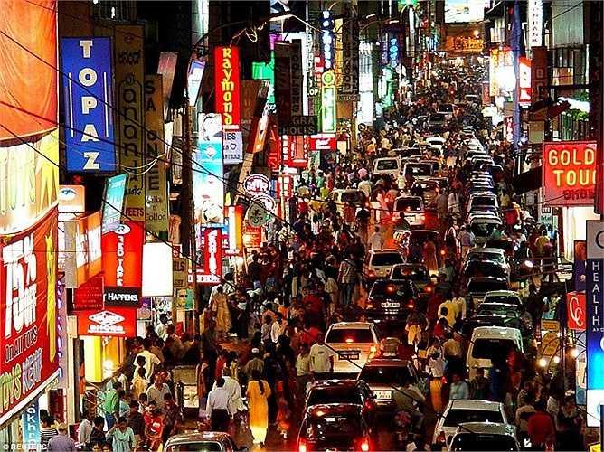 Cảnh hỗn độn trên một con đường ở thành phố Bangalore, miền Nam Ấn Độ