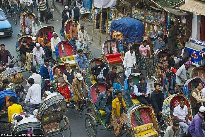 Con đường đông đúc ở Dhaka, Bangladesh vào giờ cao điểm
