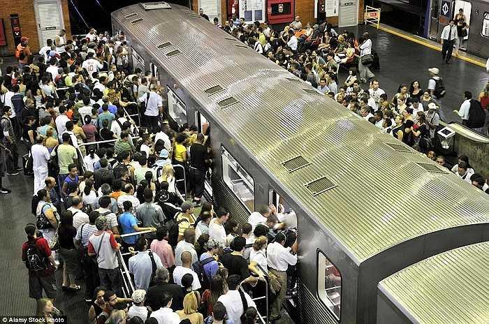 Giờ cao điểm tại ga tàu điện ngầm Barra Funda, Sao Paulo, Brazil