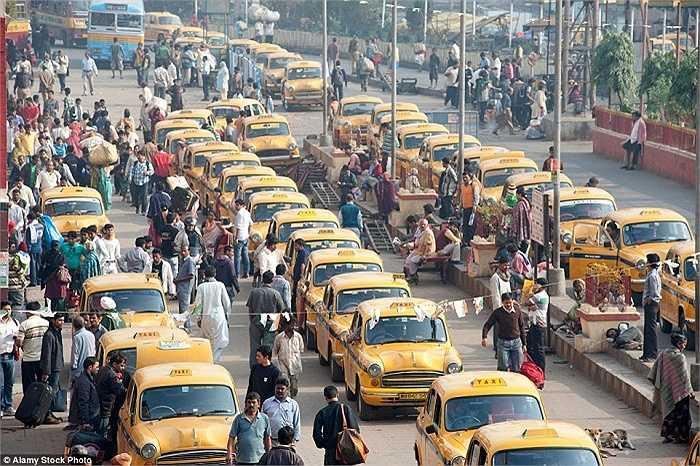 Hàng dài những chiếc taxi màu vàng bên ngoài ga Howrah vào giờ cao điểm buổi sáng ở Calcutta, Ấn Độ