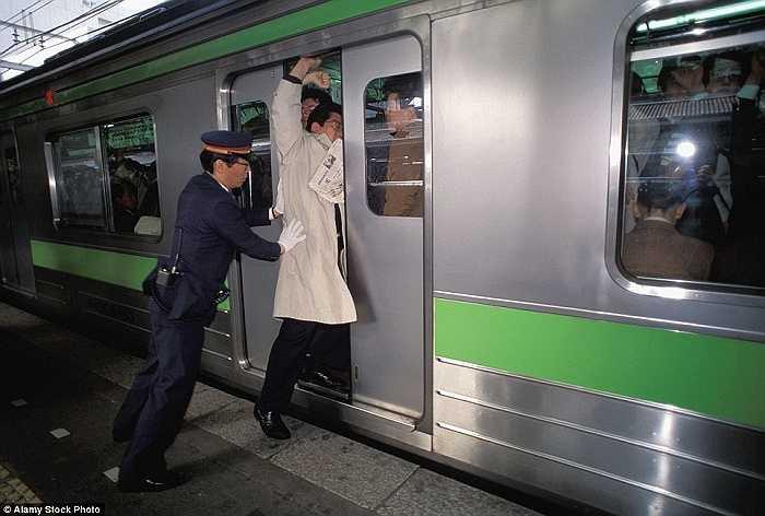 Một hành khách cố chen vào khi tàu sắp di chuyển