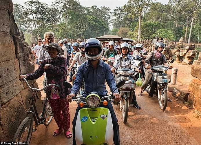 Xe đạp, xe máy nối đuôi nhau xếp hang dài vào giờ cao điểm ở Angkor Wat, Siem Reap, Campuchia