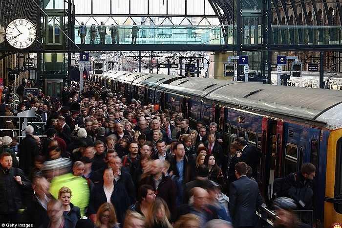 Biển người chen chúc ở ga tàu điện ngầm King's Cross, thủ đô London, Anh