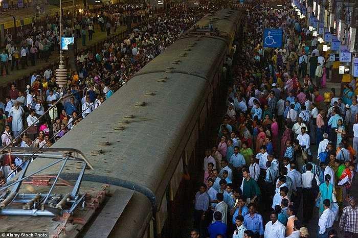 Nhiều người đứng chờ tàu ở nhà ga Chhatrapati Shivaji, Mumbai, Ấn Độ