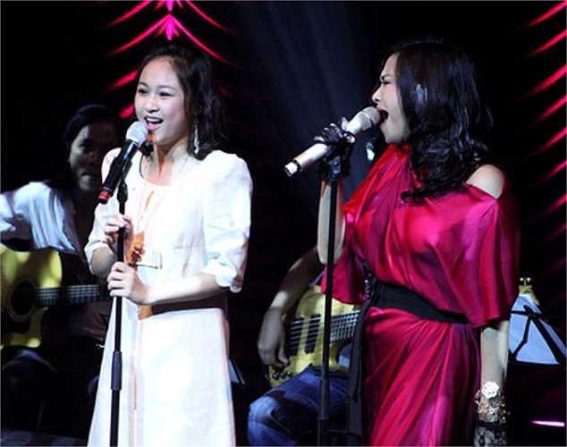 Trên sân khấu, Thiện Thanh tự tin song ca cùng mẹ.
