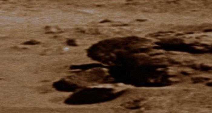 Cơ quan hàng không vũ trụ Mỹ NASA hiếm khi bình luận về những phát hiện của thợ săn UFO và từng cung cấp lời giải thích cho lý do tại sao rất nhiều người nhìn thấy vật thể lạ trên hành tinh đỏ. Ashwin Vasavada, người làm việc trong dự án về sao Hỏa cho biết các nhà khoa học không cố gắng che giấu bằng chứng về sự sống ngoài hành tinh từ công chúng. Trong ảnh là một tảng đá có khuôn mặt giống với tổng thống Barack Obama.