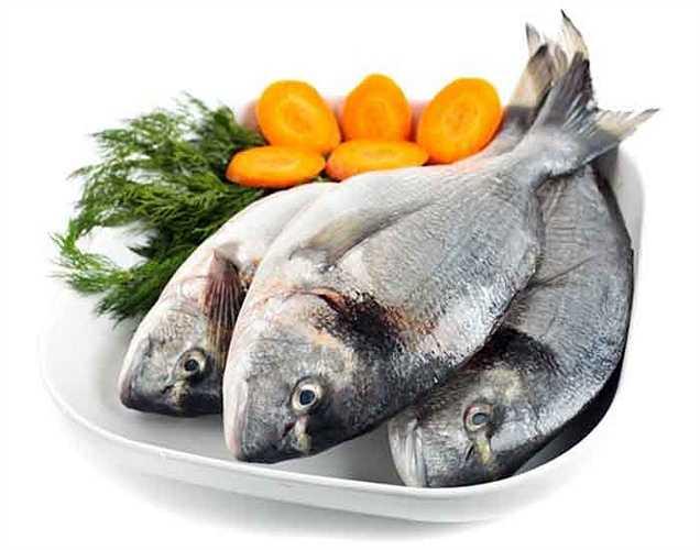 Cá hồi: Cá hồi chứa một lượng cao vitamin D. Nó giúp cải thiện chức năng não và hoạt động như một thuốc chống trầm cảm rất tốt.