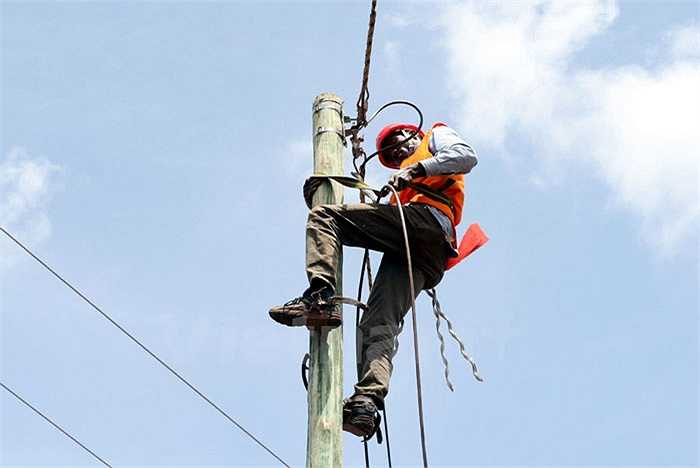 Những sợi dây cáp cuối cùng được kéo, bảo đảm băng thông tốt nhất cho mạng lưới tại Tanzania. (Ảnh: T.H/Vietnam+