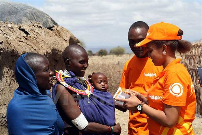 Nhân viên của Halotel tiếp cận với khách hàng để quảng bá dịch vụ. Chiến lược 'lấy nông thôn bao vây thành thị' vốn đưa Viettel thành công ở nhiều thị trường sẽ được triển khai, tạo sự khác biệt ở Tanzania. (Ảnh: T.H/Vietnam+)
