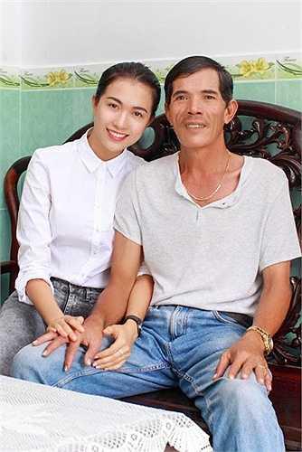 Trở về từ Hoa hậu hoàn vũ Việt Nam, Á hậu Lệ Hằng hạnh phúc trong vòng tay bố mẹ.