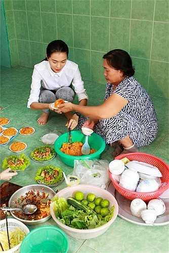 Về lại nơi mình sinh ra và lớn lên, Lệ Hằng chia sẻ, cô luôn muốn vào bếp cùng mẹ.