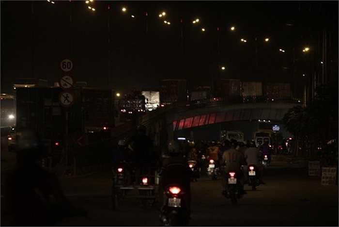 Tại ngã tư Thủ Đức cả trên lẫn dưới cầu vượt xe cộ rất đông, lưu thông khó khăn. (Nguồn: Người lao động)