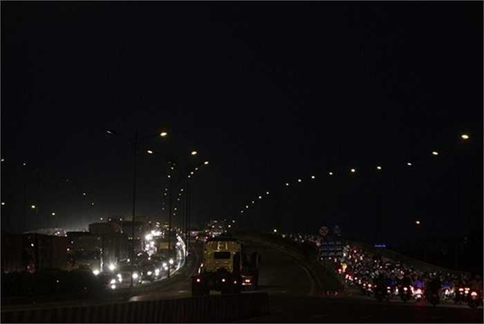 Trời tối, các phương tiện lưu thông khó khăn hơn làm tình trạng kẹt xe trở nên nghiêm trọng hơn.