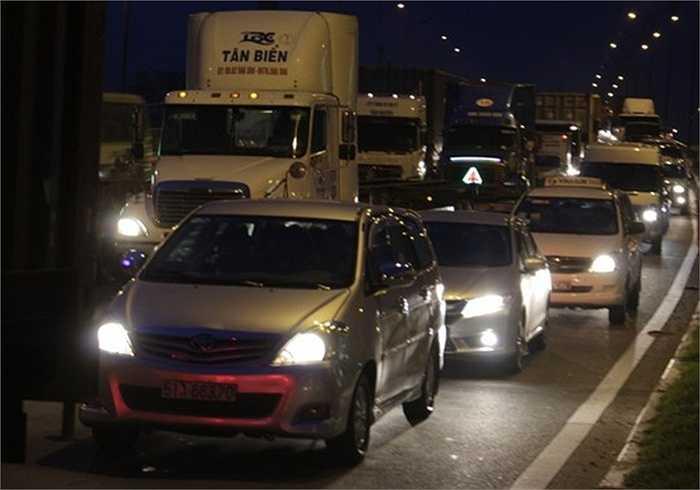 Nhiều tài xế cho biết phải mất gần 1 tiếng mới có thể lưu thông qua cầu Rạch Chiếc.