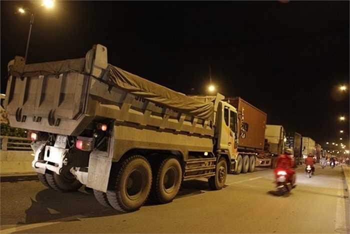 Nhiều xe tải phải chạy qua làn xe máy để tìm đường thoát khỏi đám kẹt xe.