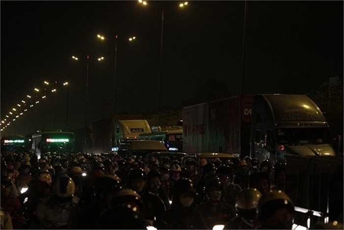 Xe bus, xe container bị bao quanh bởi vòng vây xe máy.