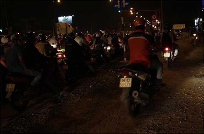 Nhiều xe máy leo lên lề đường cũng không thể thoát khỏi đám kẹt xe.