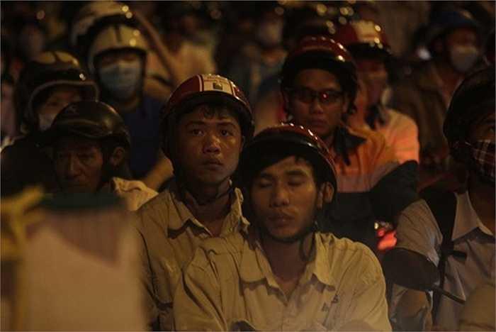 Nhiều người dân tỏ ra hết sức mệt mỏi và lo lắng. Đến tận 19h nhưng vẫn phải chen chúc trong đám kẹt xe.