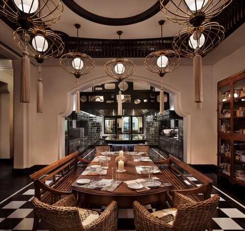 Nhà hàng lấy cảm hứng từ ngôi biệt thự Pháp cổ, kể câu chuyện về một gia đình quý tộc tại Việt Nam trong thời kỳ Pháp thuộc với từng khu vực ẩm thực thiết kế riêng biệt, như Phòng Du khách, Phòng Kế toán hay Phòng nghỉ ngơi của một Quý bà
