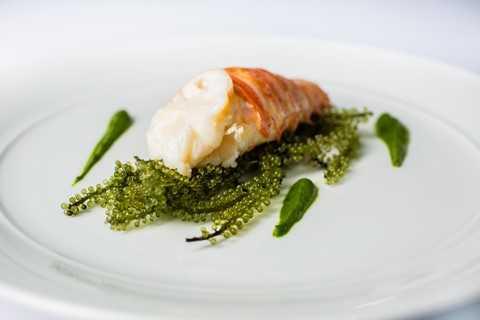 Ẩm thực Pháp tinh tế chế biến bởi Bếp trưởng 3 sao Michelin Pierre Gagnaire có thể được cảm nhận không chỉ với vị giác mà với cả thị giác