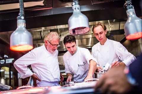 Không chỉ hướng dẫn tận tình cho những đầu bếp của mình, Bếp trưởng Pierre Gagnaire còn đảm bảo mỗi món ăn đều mang sự hoàn hảo để có thể làm hài lòng khẩu vị của ngay cả những thực khách khó tính nhất