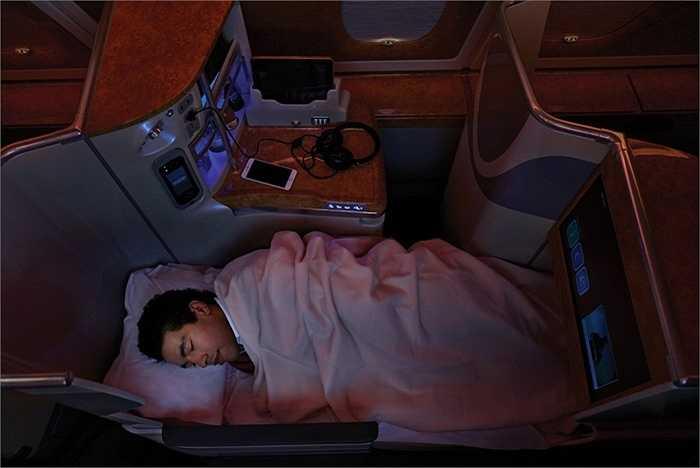Cabin hạng thương gia trên các chuyến bay của Emirates có cửa riêng cho từng ghế thương gia, ánh sáng chỉnh màu để tạo sự thoải mái, chỗ ngồi có thể gập ra như chiếc giường êm ái
