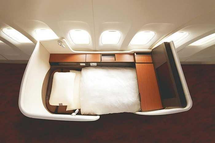 Ghế hạng nhất trên máy bay Boeing 777 của Japan Airlines có giường tùy chỉnh, màn hình tivi 23inch. Các bữa ăn trên máy bay do đầu bếp Seiji Yamamoto