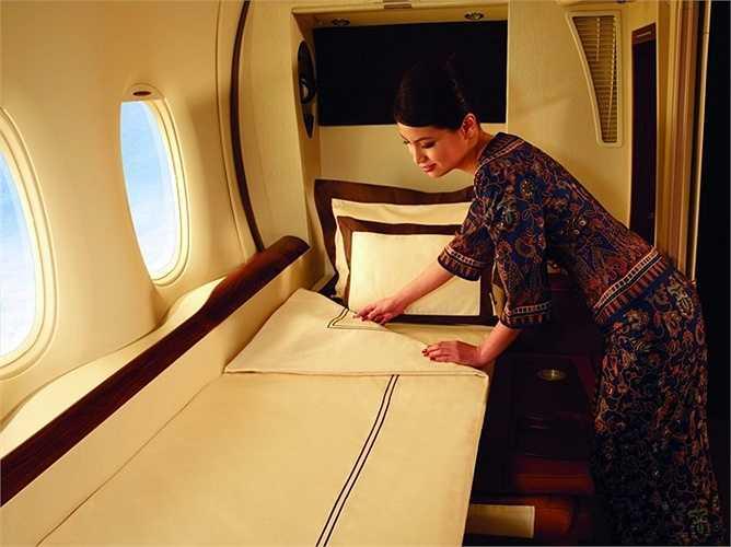 Singapore Airlines có ghế hạng nhất với giường rộng, dài thoải mái cho khách. Trong giường có quần áo ngủ, dép đi lại trong phòng và ánh sáng tùy chỉnh