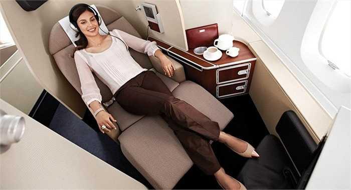 Qantas (Australia) có ghế hạng nhất với kiểu thiết kế gập thành giường nằm, thậm chí bên trong có 1 chiếc ghế đệm dài cho người khác có thể sang trò chuyện