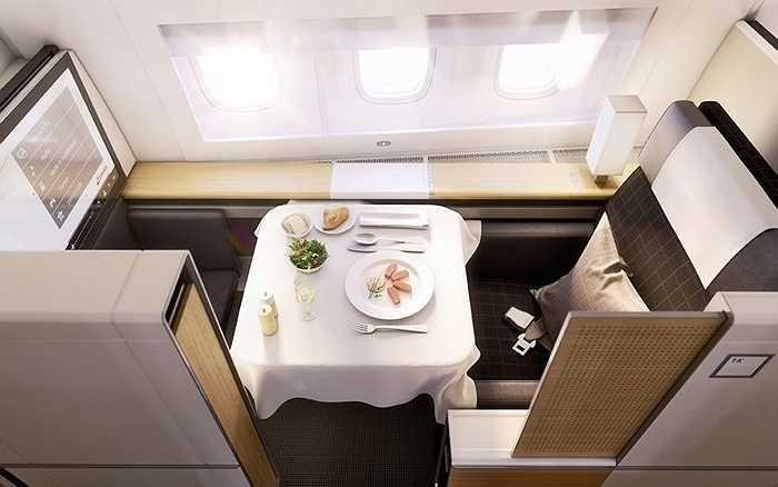 Swiss International Airlines có ghế hạng nhất kèm bàn ăn độc đáo, trong ghế hạng nhất còn có túi đựng dụng cụ dưỡng da, đánh răng