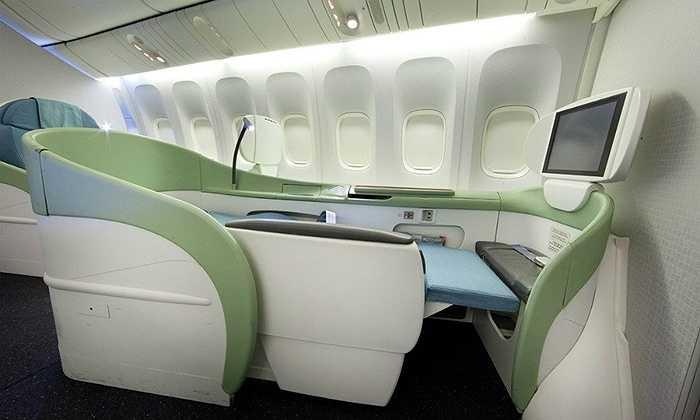 KOSMO Suite 2.0 của Korean Air có màn hình LCD, cửa trượt 9,4 inch và một chỗ ngồi rộng thoải mái. Trên các máy bay  B777-300, A330-300  và A330-200 có ghế KOSMO Sleeper