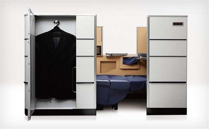 All Nippon Airways cung cấp ghế hạng nhất sang trọng với giường ngủ rộng, kèm tủ mini có thể để quần áo, giày dép và ngăn tủ để hành lý