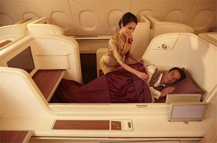 Ghế hạng nhất của Thai Airways thực sự tiện nghi với ghế rộng rãi, không gian yên tĩnh. Đồ ăn có trứng cá muối và rượu sâm panh