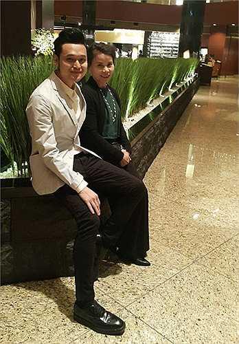 Vì thường tháp tùng con gái đi diễn nên mẹ Hà Hồ có mối quan hệ thân thiết với các nghệ sỹ trong giới showbiz. Trong hình, bà tạo dáng bên nam ca sỹ Quang Vinh khi cùng con gái qua Nhật bàn chuyện kinh doanh.