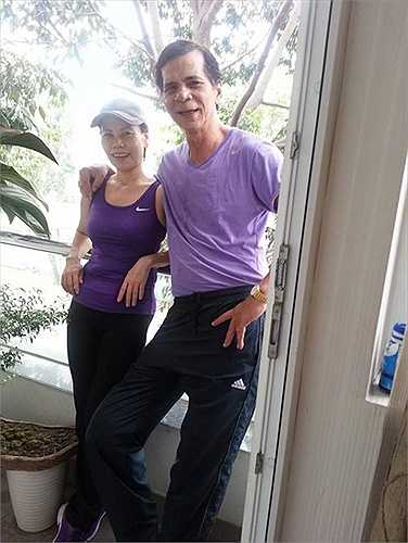 Bố mẹ nữ huấn luyện viên The Voice mặc áo tông xuyệt tông khi đi tập thể thao cùng nhau.