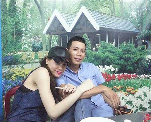 Mỗi khi chụp hình cùng em gái, Tuấn Anh vẫn thường đùa vui rằng anh đang tự 'dìm hàng' chính mình vì không thể cạnh tranh với vẻ đẹp của em gái.