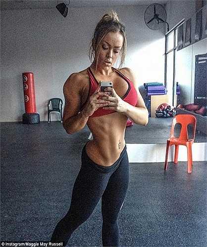 Người đẹp thể dục thẩm mỹ Maggie Russell vừa tiết lộ phương pháp tập luyện giúp cô sở hữu đôi vai khổng lồ và vòng eo siêu nhỏ.