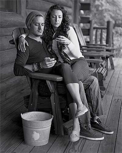 Cặp đôi dù ngồi cạnh nhau nhưng vẫn điện thoại