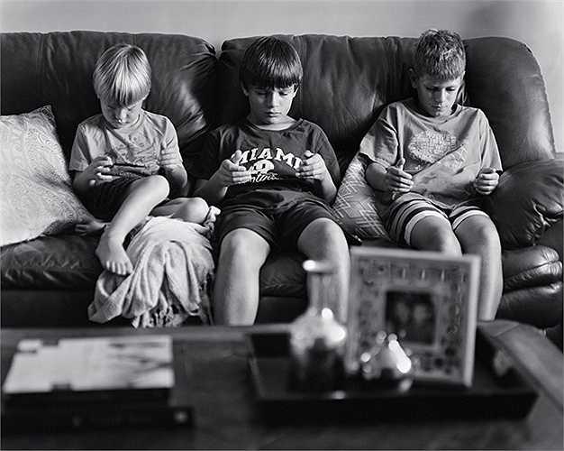 Thế hệ trẻ ngày càng phụ thuộc vào máy tính bảng, điện thoại thông minh