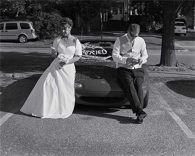 'Mới cưới' nhưng cô dâu chú rể vẫn rất quan tâm đến điện thoại