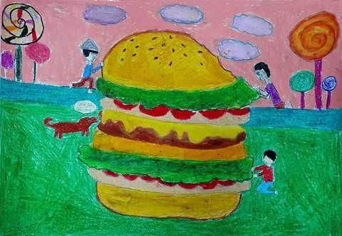 """Theo số liệu thống kê, hiện nay có khoảng 1.3 tấn lương thực bị lãng phí. Số lượng này bằng tổng giá trị sản xuất của cả khu vực Châu Phi. Nếu như chúng ta chia sẻ những thức ăn không sử dụng đến thì Trái Đất sẽ hạn chế được cảnh nhiều người chết vì đói. Bức tranh của ba em học sinh lớp 10A4 là Thảo Vy, Minh Phương và Diễm My với chủ đề """"Hamburger cứu rỗi"""" thể hiện thông điệp cùng sẻ chia nguồn lương thực, tiết kiệm thực phẩm rất sinh động."""
